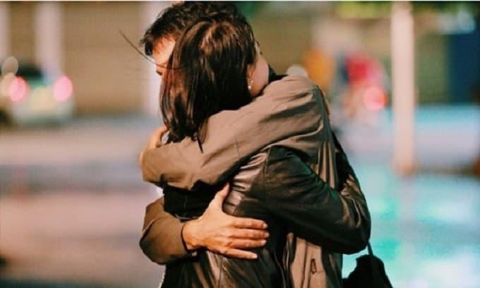 Bạn ôm một người phụ nữ, nếu cô ấy có 3 biểu hiện này có nghĩa là cô ấy yêu bạn