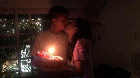 Tổ chức sinh nhật cho chồng lúc nửa đêm, Lâm Vỹ Dạ hôn Hứa Minh Đạt đầy ngọt ngào