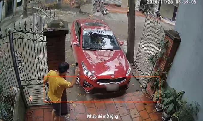 Chồng đứng nép mình vào trụ cổng hướng dẫn vợ lái xe ô tô vào nhà, dân tình xem mà thấy bất an