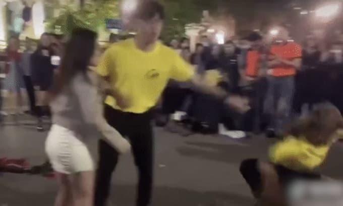 Cư dân mạng tranh cãi trước mối tình 'tay ba' gây xôn xao phố đi bộ