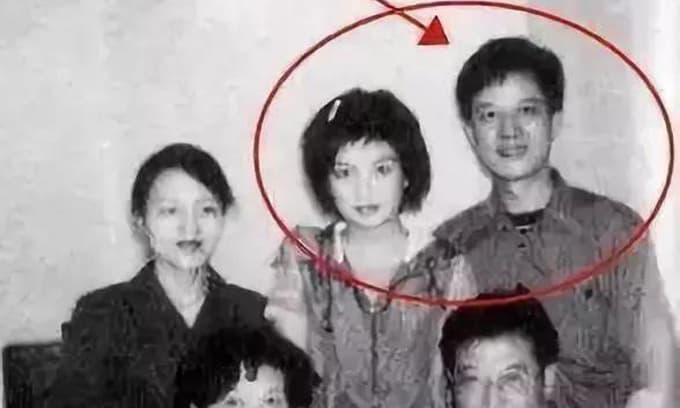 Thân phận của anh trai Triệu Vy đã bị lộ, hóa ra là một người đàn ông 'máu mặt', chẳng trách 'Én nhỏ' có thể nổi tiếng đến vậy