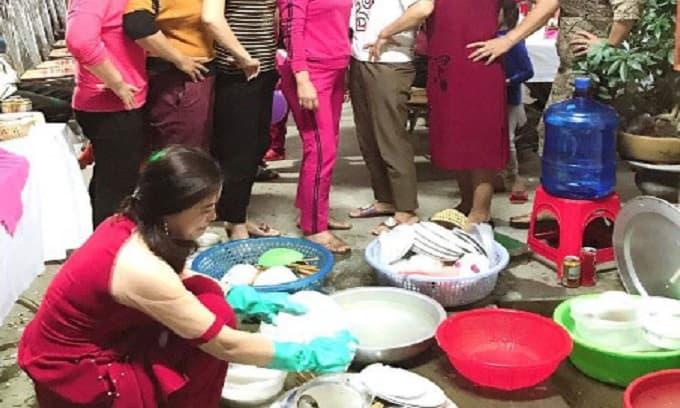 Cô gái ngày đầu về làm dâu ngồi rửa đống mâm bát đầy ụ, các bà cô bên chồng đứng chống tay cười đùa
