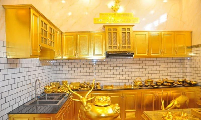 Ngôi nhà dát vàng từ tủ bếp đến bàn ghế, xoong nồi... khiến du khách choáng ngợp