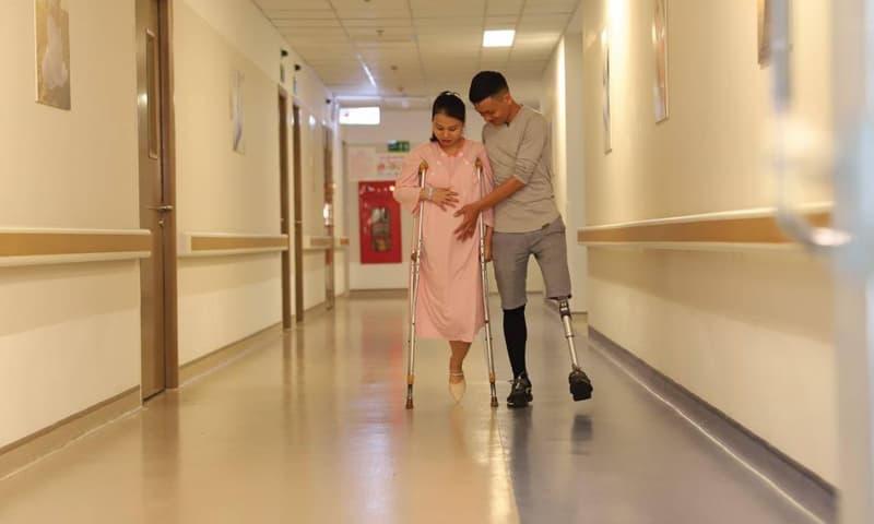 Hình ảnh hai vợ chồng, mỗi người đều mất một chân dìu nhau đến phòng sinh gây xúc động