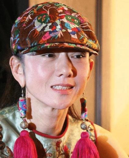 Dương Lệ Bình đã không cởi mũ trong suốt 10 năm và đã tạo ra một phong cách mới. Lý do thực sự của việc này là gì? 4