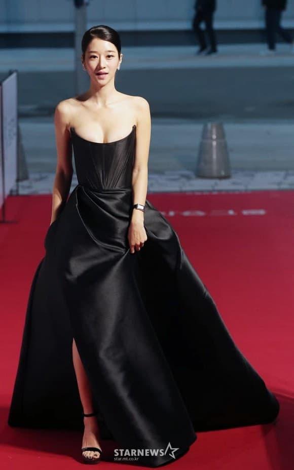 Thấy 'điên nữ' Seo Ye Ji gây sốt vì bộ váy hở bạo, chưa đầy 1 tháng, 3 mỹ nhân Việt lần lượt 'đụng hàng' 6