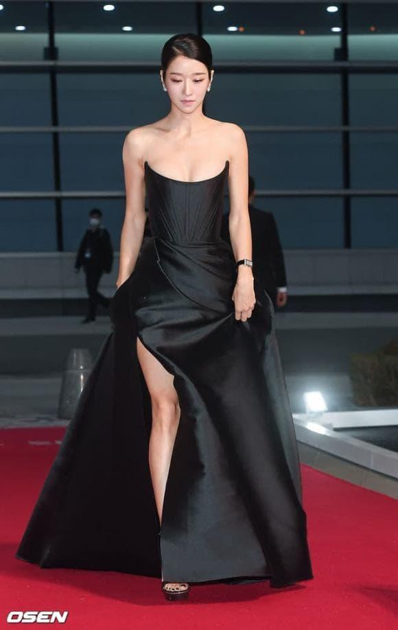 Thấy 'điên nữ' Seo Ye Ji gây sốt vì bộ váy hở bạo, chưa đầy 1 tháng, 3 mỹ nhân Việt lần lượt 'đụng hàng' 4