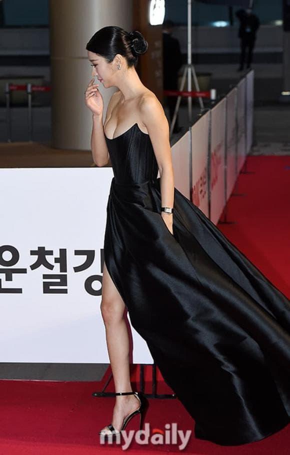 Thấy 'điên nữ' Seo Ye Ji gây sốt vì bộ váy hở bạo, chưa đầy 1 tháng, 3 mỹ nhân Việt lần lượt 'đụng hàng' 1