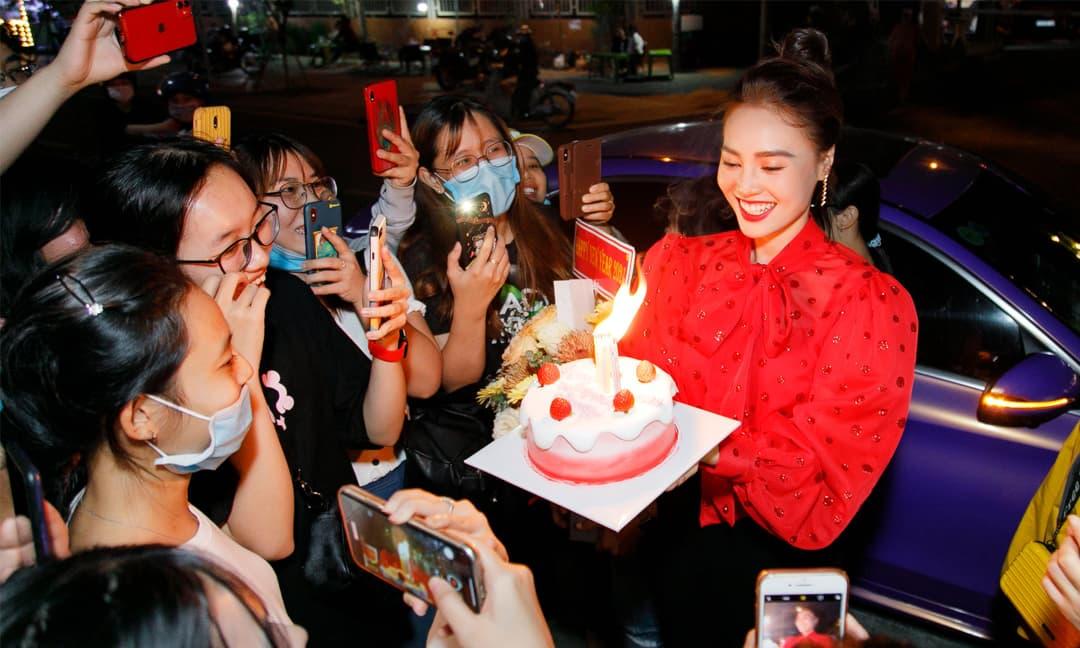 Lan Ngọc được FC tổ chức sinh nhật bất ngờ, tiết lộ lý do phải chụp ảnh ngoài đường