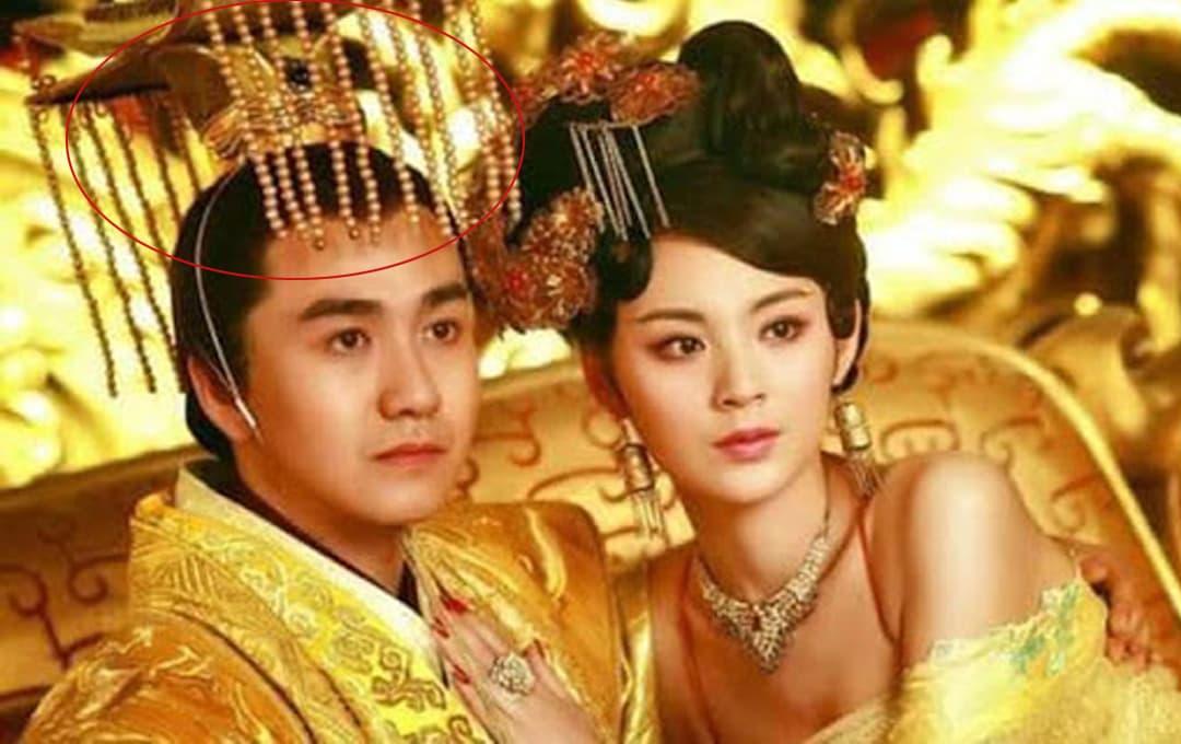 Mũ của vua chúa ngày xưa lại thường có một 'tấm mành' che trước mặt?