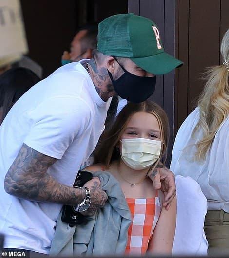 Vợ chồng Beckham diện đồ đôi đi ăn cùng 3 con ở Miami, riêng cậu cả Brooklyn vắng mặt vì bận mừng sinh nhật hôn thê tài phiệt 1