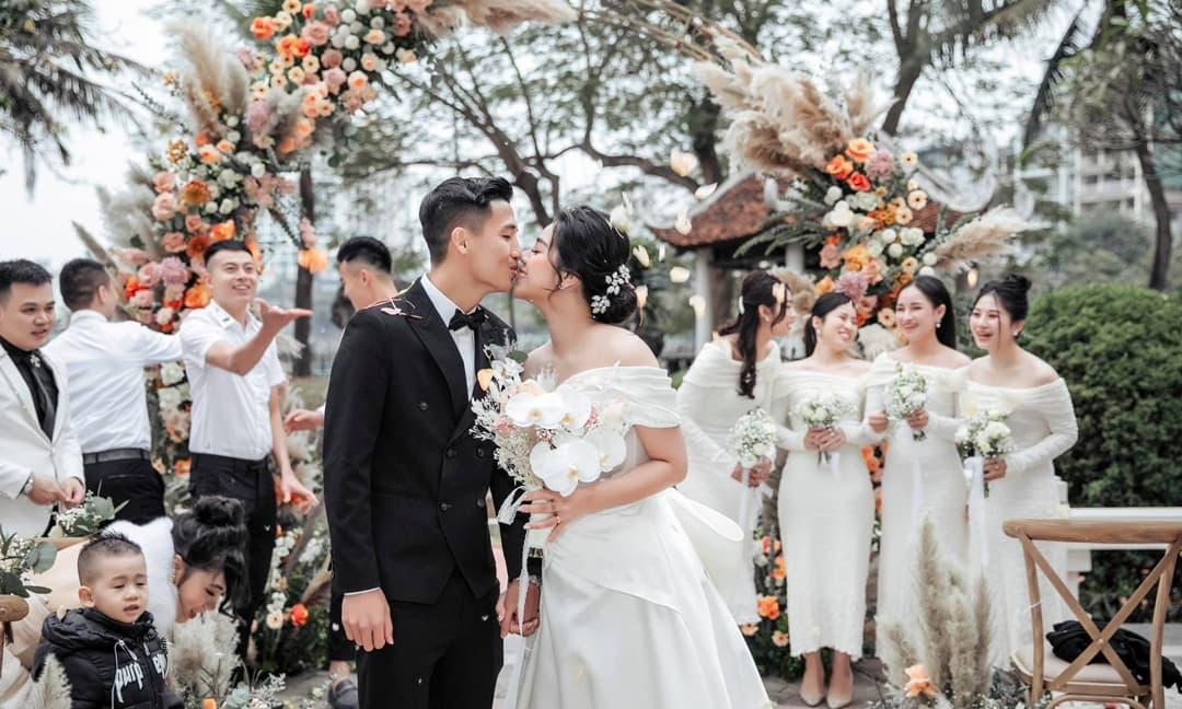 Cầu thủ Bùi Tiến Dũng chia sẻ sau cưới, tiết lộ sẽ sinh 'cả đội bóng'