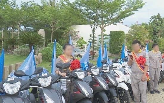 Công nhân xếp hàng cả cây số nhận thưởng Tết toàn xe máy xịn