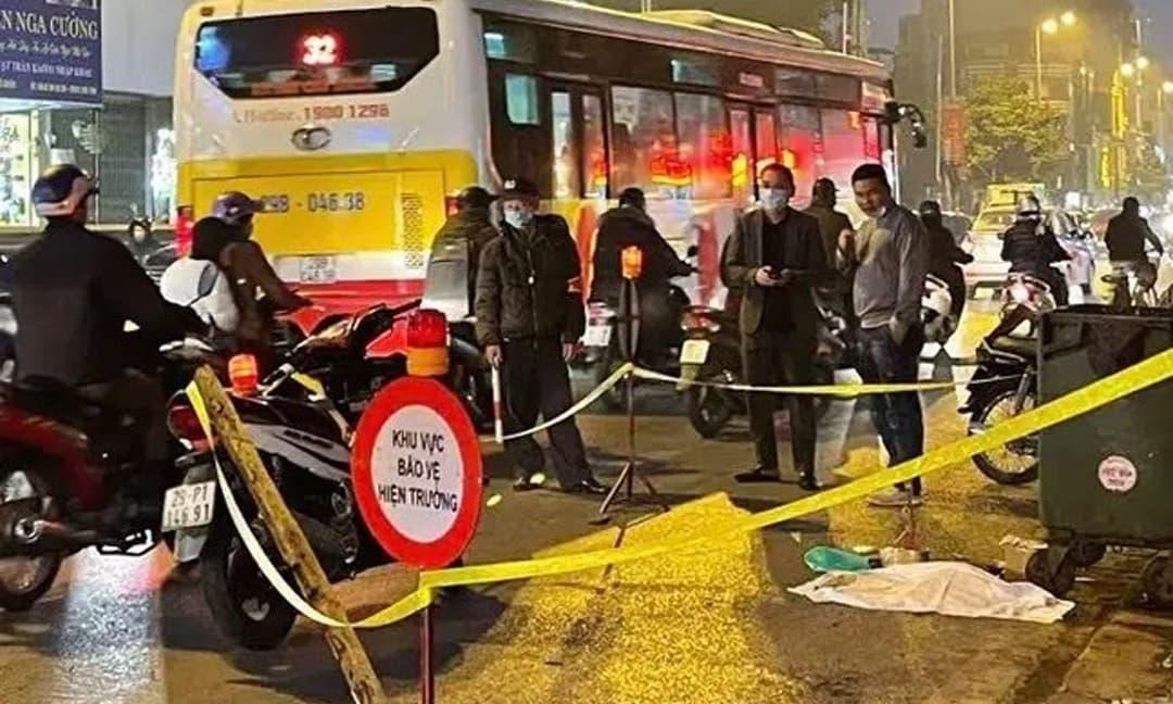 Bàng hoàng phát hiện thai nhi trong chiếc túi đen bị ô tô cán qua ở Hà Nội