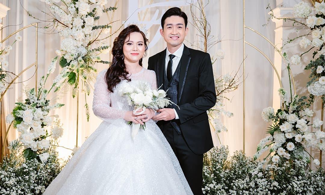 Ca sĩ Triệu Long hát trong đám cưới và gây xúc động với khoảnh khắc đón cô dâu bế con vào lễ đường
