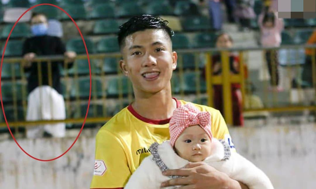 Văn Đức bế con gái xuống sân cỏ để vợ trên khán đài, Nhật Linh liền than 'tôi là ai và đây là đâu'