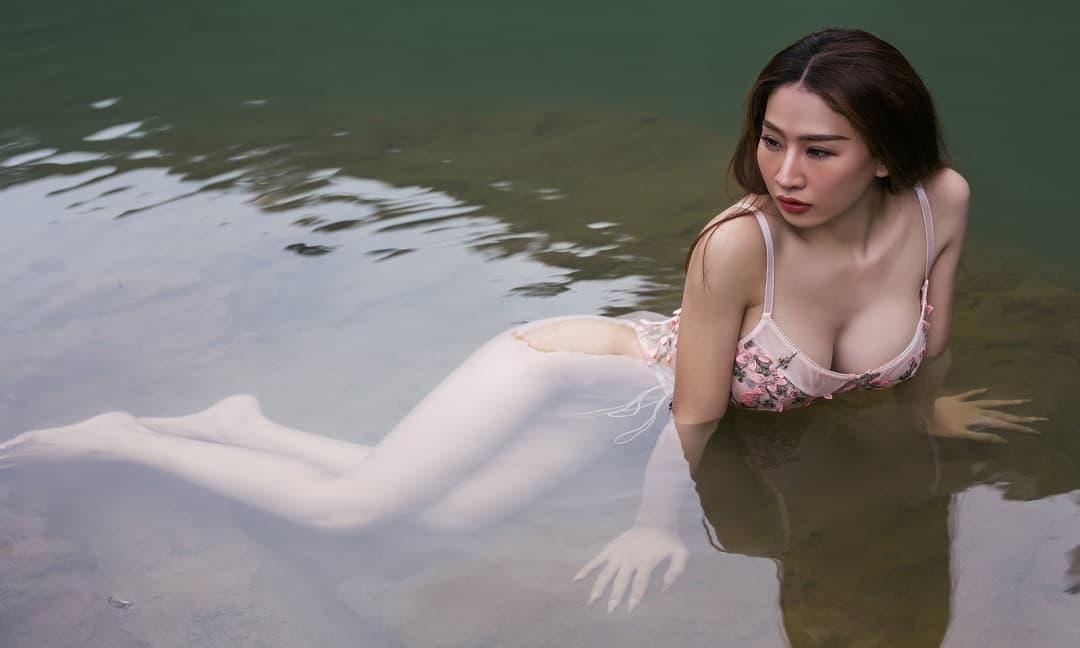 DJ Oxy diện bikini mỏng tang, khoe dáng nóng bỏng bất chấp thời tiết buốt lạnh 14 độ