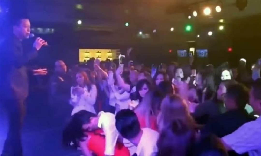 Tuấn Hưng đang hát 'Nắm lấy tay anh', fan nữ ở dưới bất ngờ 'giật tóc nhau'