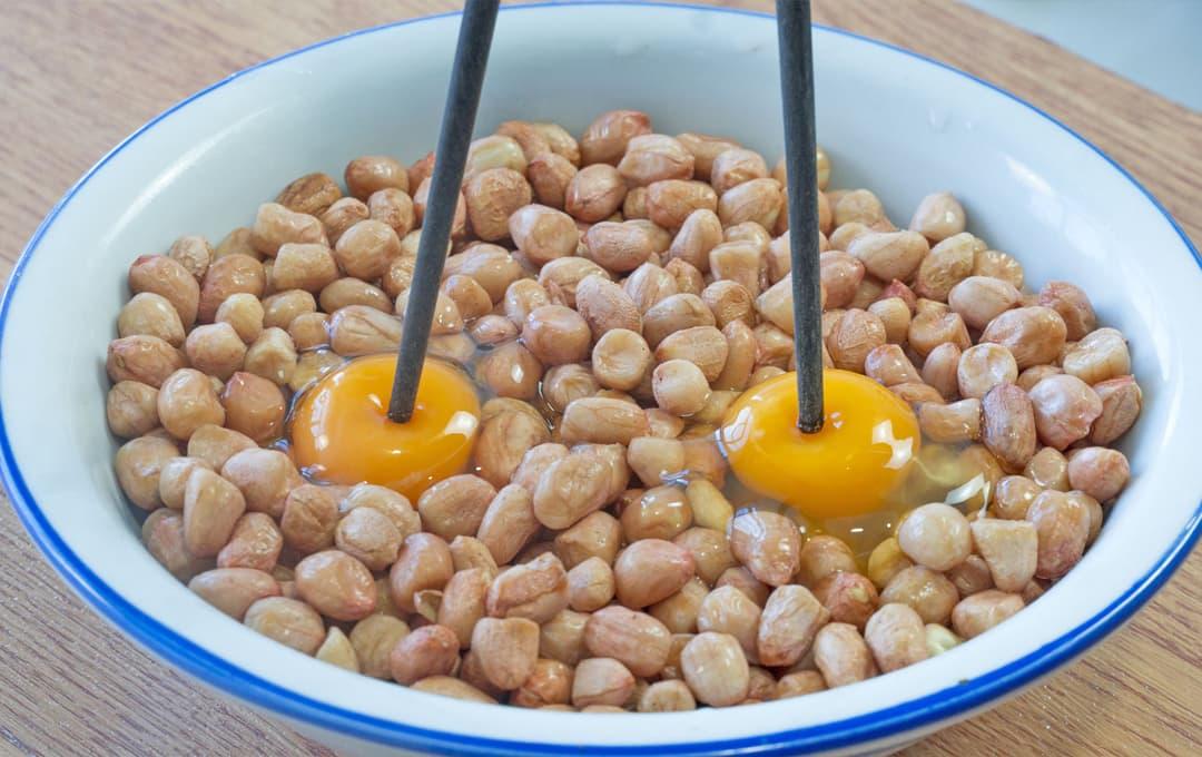 Đập 2 quả trứng vào đậu phộng, cách làm đơn giản, giòn và mềm, siêu ngon