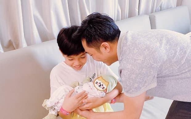 Khoảnh khắc bé Subeo đùa giỡn với mẹ Hà Hồ cực yêu, chiếm trọn spotlight trong gia đình 5 người