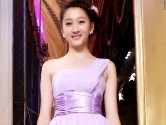 Cùng khoác lên người chiếc váy phù dâu xinh đẹp nhưng Quan Hiểu Đồng, Trịnh Sảng, hay Đường Yên đều thua Địch Lệ Nhiệt Ba 1