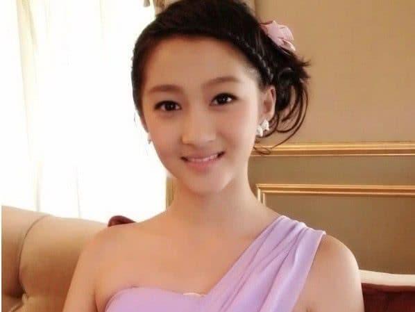 Cùng khoác lên người chiếc váy phù dâu xinh đẹp nhưng Quan Hiểu Đồng, Trịnh Sảng, hay Đường Yên đều thua Địch Lệ Nhiệt Ba 0
