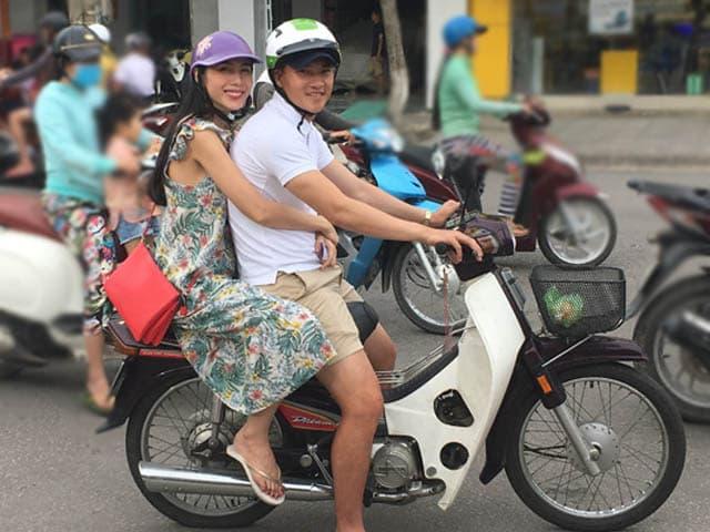 Về quê nhà Kiên Giang, Công Vinh - Thuỷ Tiên lại đèo nhau trên chiếc dream tình tứ dạo phố
