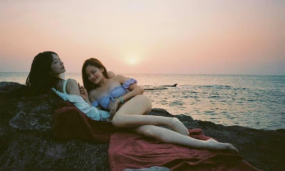 Nữ diễn viên đóng cảnh nóng táo bạo từ năm 18 tuổi khoe body mướt mắt với bikini tím