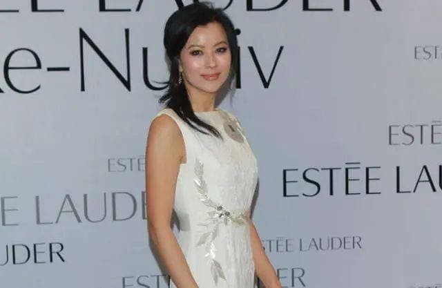 Cô là ngôi sao bị lãng quên của Hong Kong', xuất hiện với hình ảnh nhạy cảm để nổi đình nổi đám, giờ cô đã 56 tuổi và trở thành phu nhân nhà giàu 1