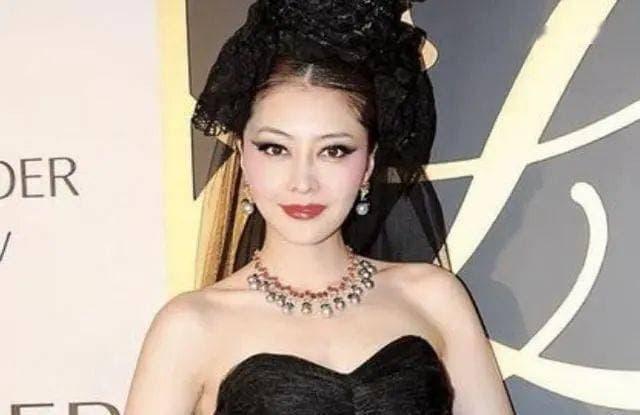 Cô là ngôi sao bị lãng quên của Hong Kong', xuất hiện với hình ảnh nhạy cảm để nổi đình nổi đám, giờ cô đã 56 tuổi và trở thành phu nhân nhà giàu 0