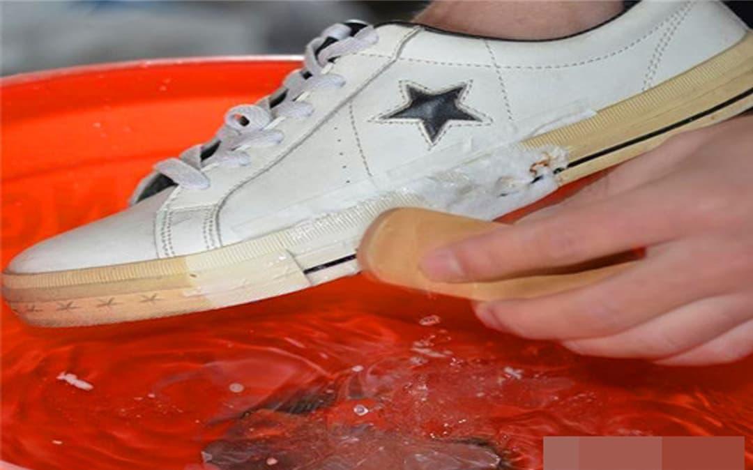 Đừng vứt bỏ đôi giày trắng nếu chúng bị bẩn hoặc ố vàng. Hãy học một vài mẹo nhỏ, dù bẩn đến đâu, bạn cũng có thể giải quyết được