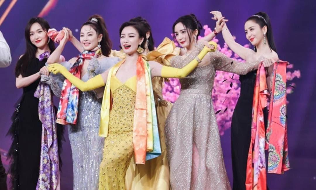 6 đại mỹ nhân Hoa ngữ gây sốt với màn chụp ảnh theo nhóm, Dương Mịch thể hiện EQ cực cao khi cứu MC khỏi tình huống khó xử