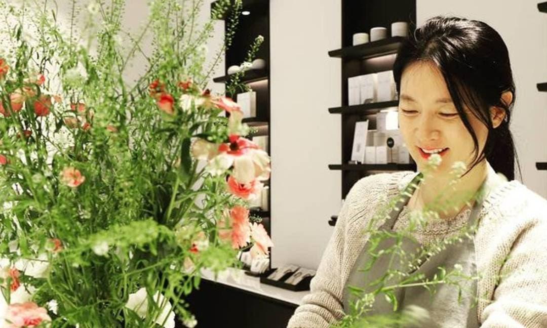 Để lộ nhiều nếp nhăn khi cười nhưng Lee Young Ae được khen nức lời vì sở hữu vẻ đẹp tự nhiên ở tuổi 50