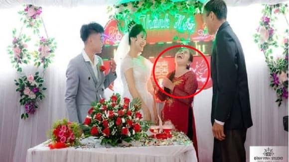 Phản ứng lạ của bà mẹ trong ngày con trai lấy vợ khiến dân mạng rần rần thích thú