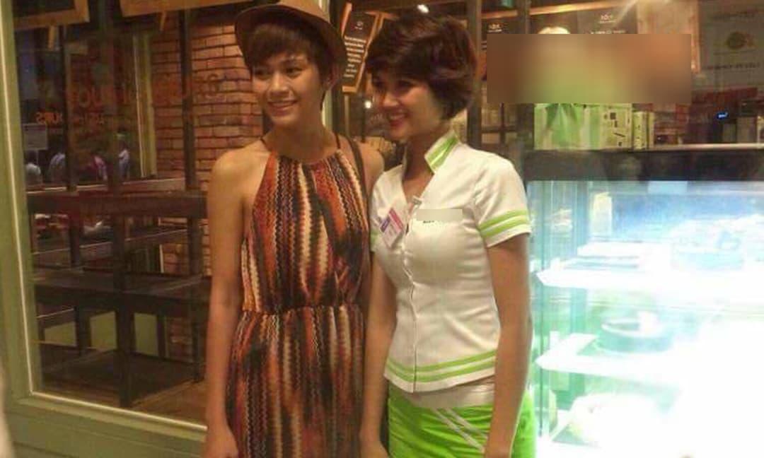 Hoa hậu H'Hen Niê hé lộ ảnh cũ khi còn là nhân viên PG, bỏ quầy chạy theo để chụp ảnh cùng Mâu Thủy