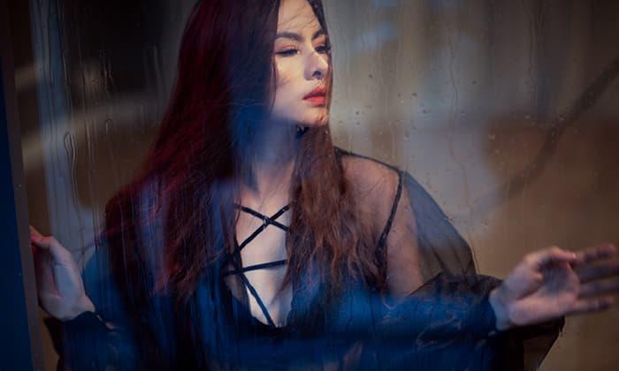 Vân Trang tái xuất với hình ảnh quyến rũ hút hồn, khoe vòng một lấp ló