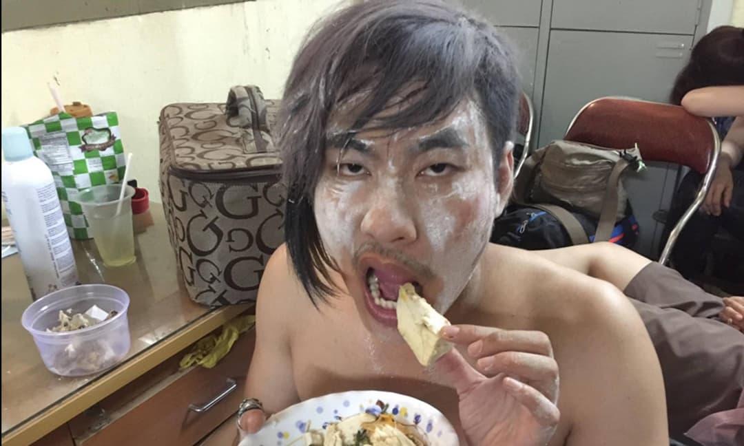Tiến Luật gọi Kiều Minh Tuấn là nam thần nhưng lại đăng ảnh 'dìm hàng' đàn em