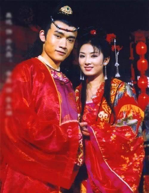 Huỳnh Dịch gây sốt khi mặc lại trang phục 'Lên nhầm kiệu hoa được chồng như ý' sau 21 năm, 8