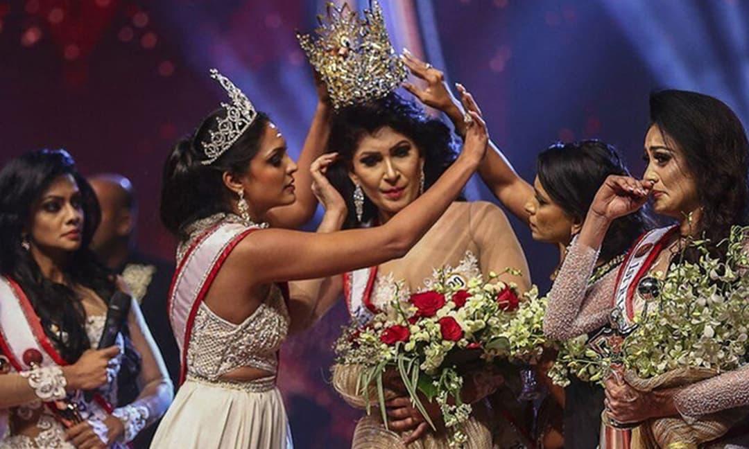 Khoảnh khắc Hoa hậu Quý bà Sri Lanka bị giật vương miện