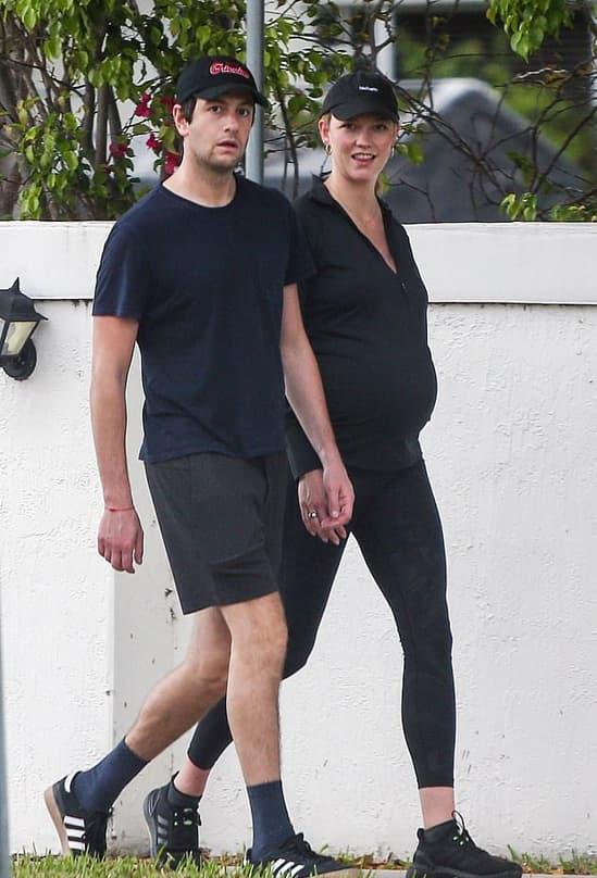 Siêu mẫu Karlie Kloss thon thả dạo phố sau khi mới sinh con chưa đầy 1 tháng 1