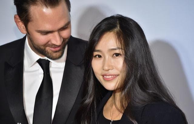 Con gái Trương Nghệ Mưu kết hôn năm 23 tuổi, công kích và đổ lỗi cho Củng Lợi đã hủy hoại tuổi thơ của mình 2
