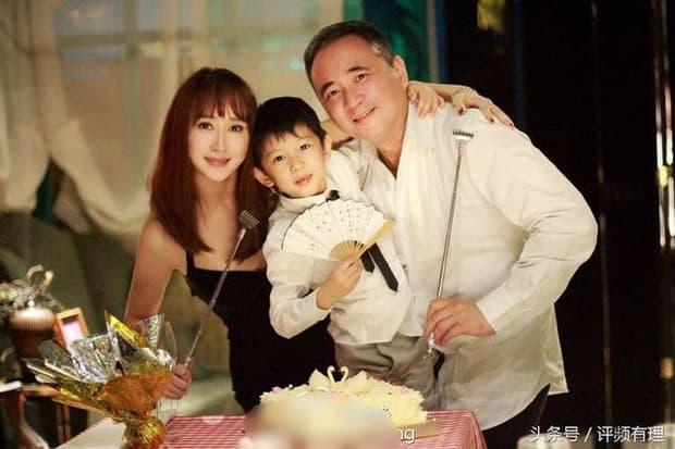 Mỹ nhân xinh đẹp được một người giàu nức tiếng Malaysia rước về dinh, chồng còn sẵn sàng mổ amidan để cho vợ yên giấc mỗi tối 1