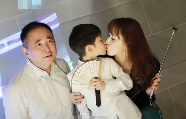 Mỹ nhân xinh đẹp được một người giàu nức tiếng Malaysia rước về dinh, chồng còn sẵn sàng mổ amidan để cho vợ yên giấc mỗi tối 0