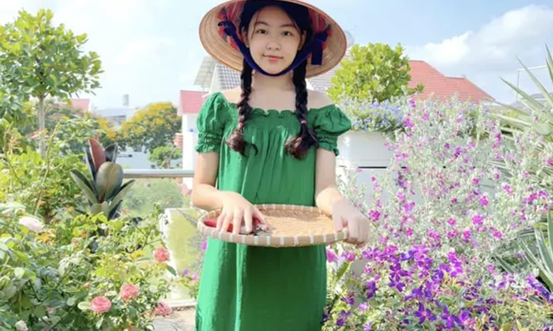 Ái nữ nhà Quyền Linh lại khiến dân tình xuýt xoa, đi hái cà chua thôi mà vẫn xinh nức nở