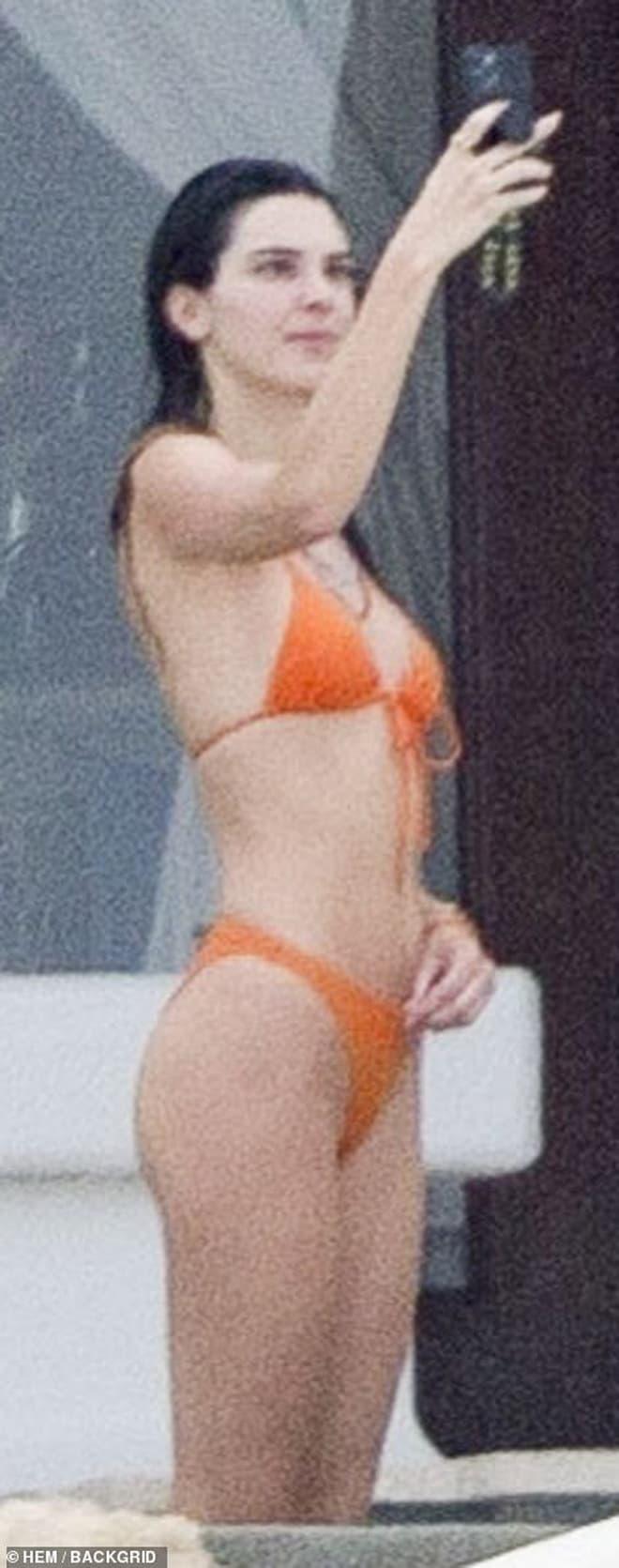 Bà xã Justin Bieber đi biển cùng bạn thân siêu mẫu Kendall, cư dân mang so sánh từ body đến ảnh mặt mộc 2