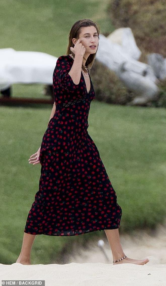 Bà xã Justin Bieber đi biển cùng bạn thân siêu mẫu Kendall, cư dân mang so sánh từ body đến ảnh mặt mộc 5