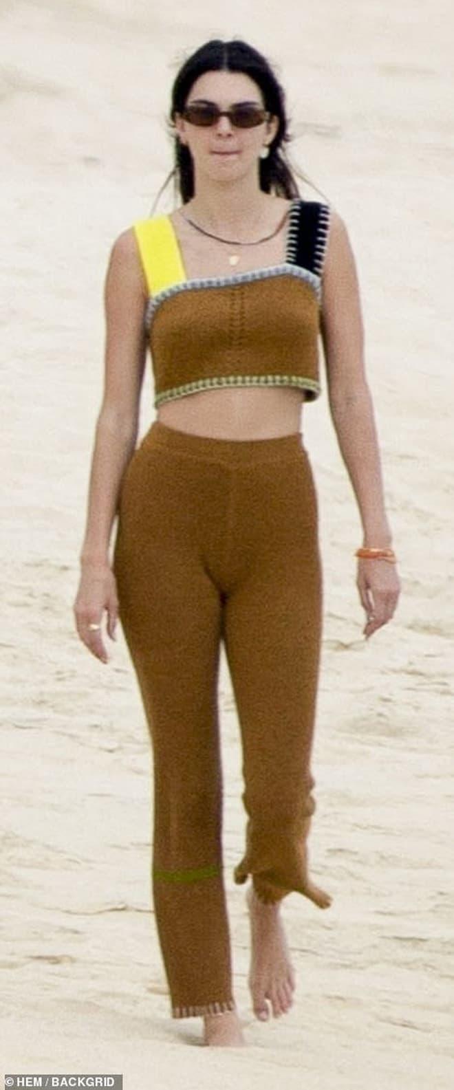 Bà xã Justin Bieber đi biển cùng bạn thân siêu mẫu Kendall, cư dân mang so sánh từ body đến ảnh mặt mộc 6
