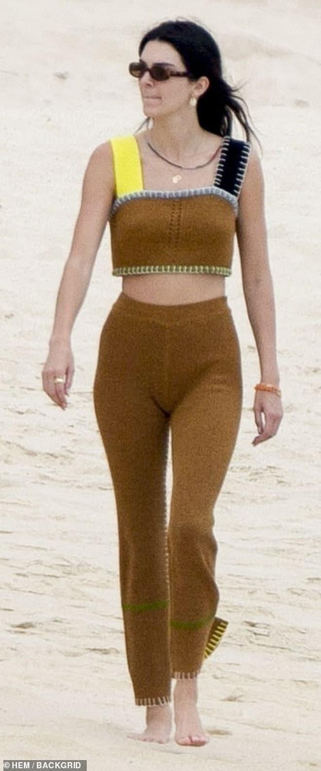 Bà xã Justin Bieber đi biển cùng bạn thân siêu mẫu Kendall, cư dân mang so sánh từ body đến ảnh mặt mộc 7