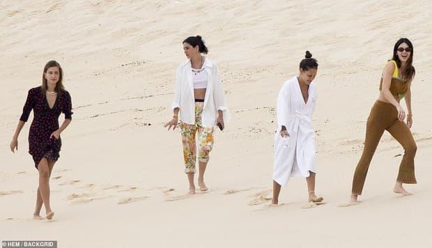 Bà xã Justin Bieber đi biển cùng bạn thân siêu mẫu Kendall, cư dân mang so sánh từ body đến ảnh mặt mộc 8