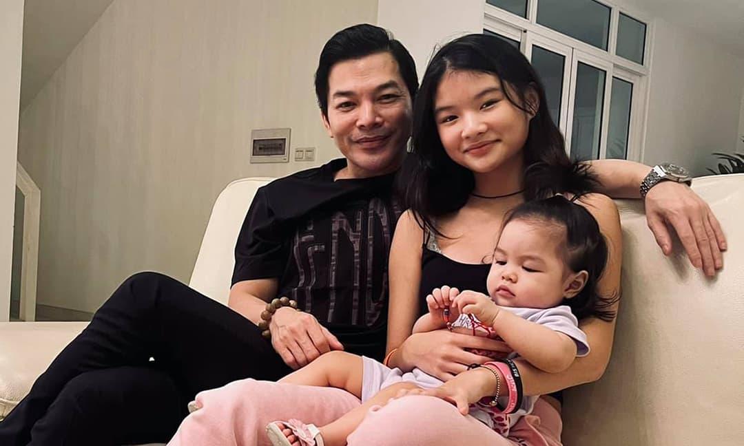 Trần Bảo Sơn lần đầu khoe ảnh hai con gái chung khung hình, nhìn qua đã tìm ngay được điểm giống nhau